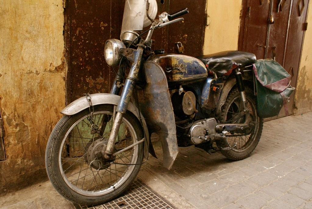 Une moto dans la vieille ville de Meknes.