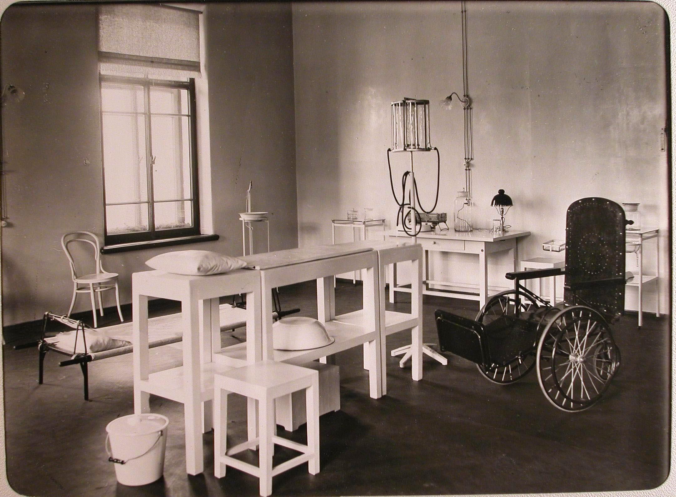 13. Вид части операционной лазарета для раненых, устроенного в женском училище имени императрицы Марии Александровн