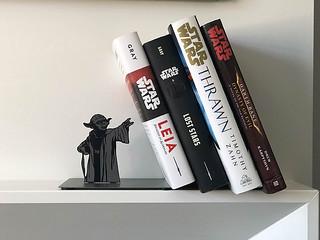 對於尤達大師來說,用原力支撐書本根本小菜一碟啦~ Hallmark 星際大戰【尤達金屬書擋】Star Wars Yoda Metal Bookend