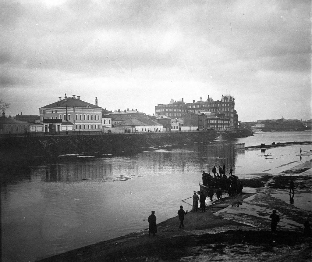 Иордань у Храма Спасителя. Ловля рыбы сетью на Москве-реке. 1913