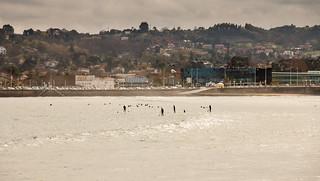 Attēls no Playa de San Lorenzo. gijón gente mar amanecer farola nube playasanlorenzo nadador agua principadodeasturias españa es
