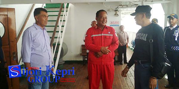 Bupati Natuna, Hamid Rizal, didampingi Sekda Natuna, Wan Siswandi, saat berada di atas Kapal KM Bukit Raya