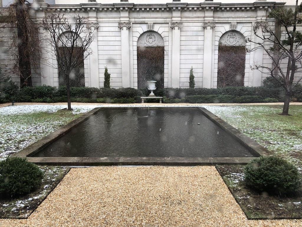 Viendo nevar desde uno de los patios de la Frick