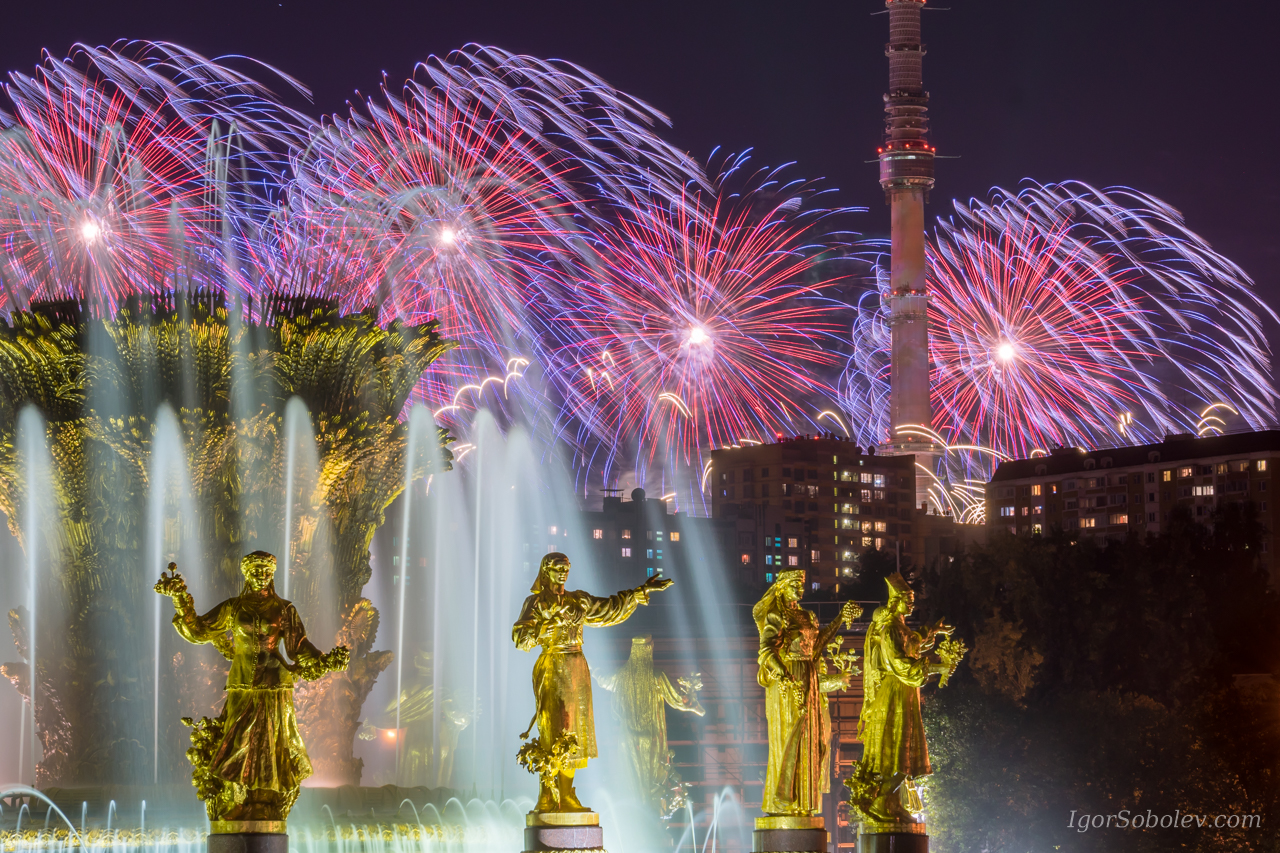 "Fireworks on the background of the fountain ""Friendship of Peoples"" at VDNKh"