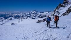 Zjazd lodowcem Altapiano di Fellaria, z przełęczy Bella Vista 3688m do schroniska Marinelli Bombardieri. W tle szczyt Monte Disgrazia. Maciek i Paweł.