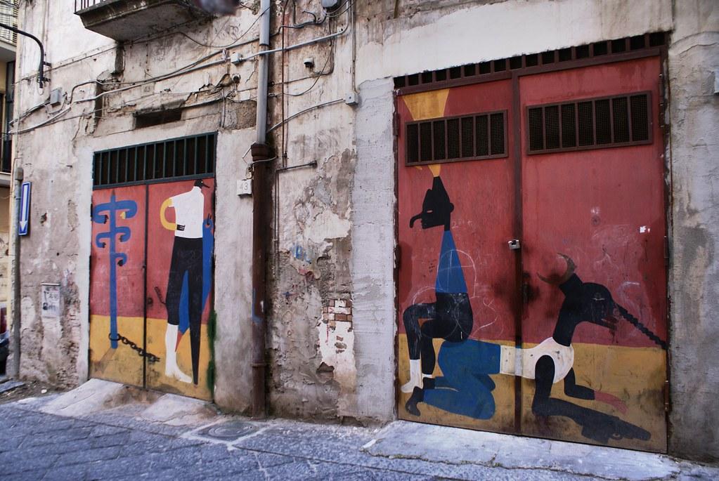 Street art : Le prisonnier, le policier et le bandit (?) aux Quartiers Espagnols à Naples