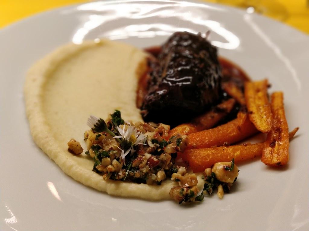 Schweinsbäckchen mit Selleriepüree, Karotten und Haselnuss-Gremolata