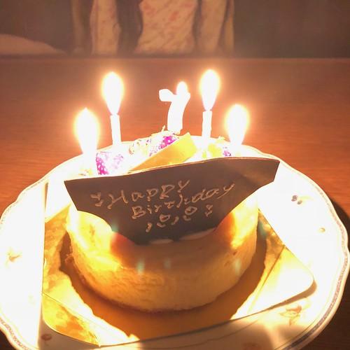 ろうそくに火を灯したバースデーケーキ