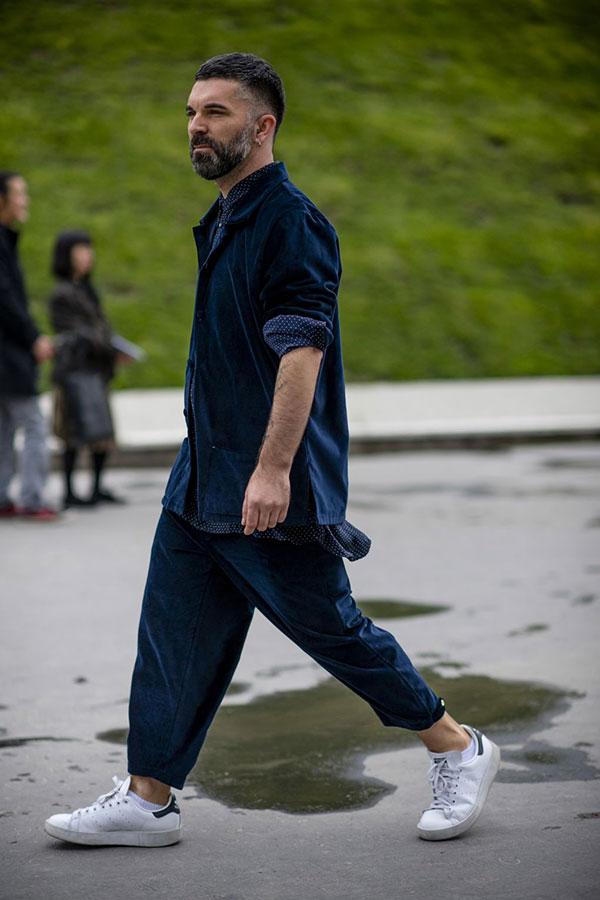 紺モールスキンカバーオール×テーパードパンツセットアップ×紺ドット柄シャツ×adidasスタンスミス