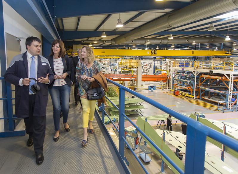 Idoia Mendia, Sonia Pérez y Cristina González, visitan Aernnova