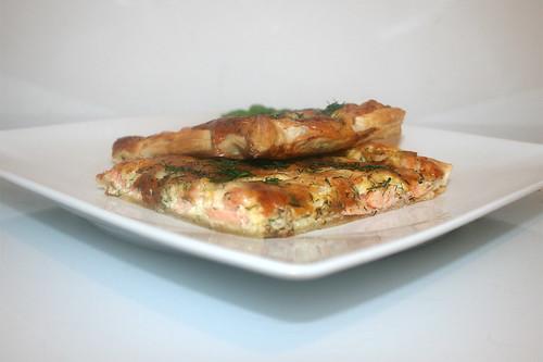 03 - Swedish salmon pizza - Side view / Schwedischer Lachskuchen - Schwedenpizza - Seitenansicht