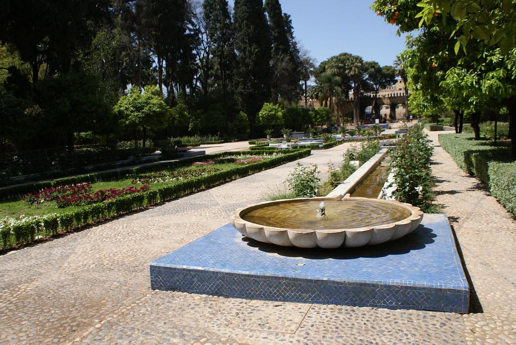 Fontaine du JardinJnan Sbilde Fès avec la porte Riafa.