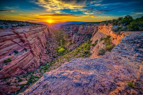 coloradonationalmonument fruita grandjunction redcanyon dawn lensflare redrock sunburst sunrise