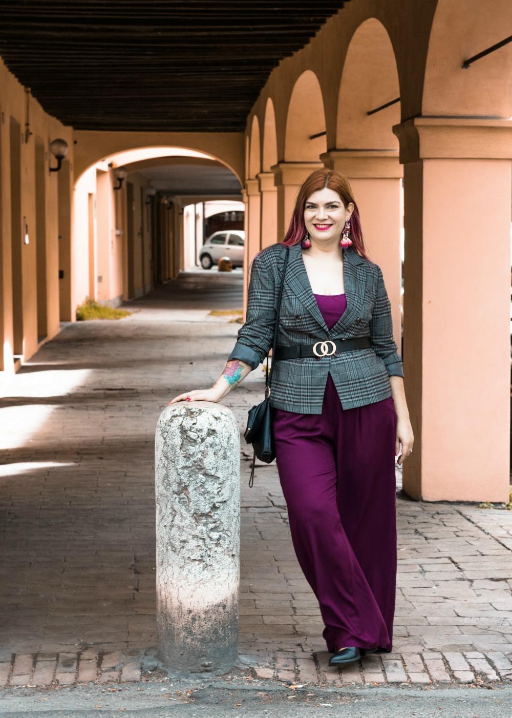 outfit curvy plus size pantaloni palazzo viola e blazer principe di galles (2)