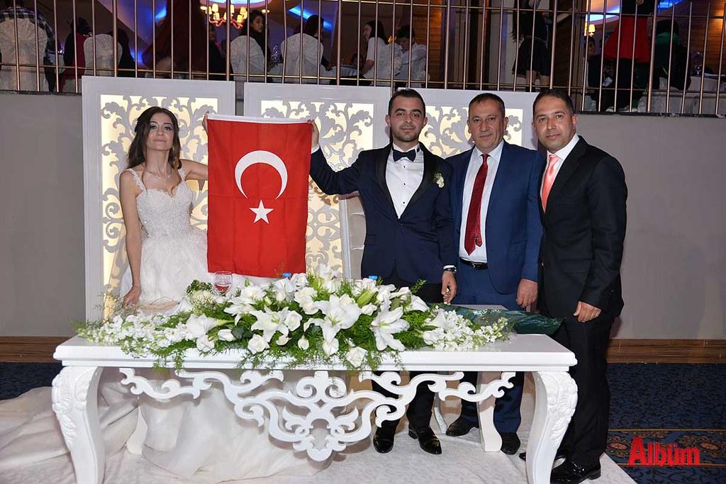Çifte Türk Bayrağı hediye edildi.