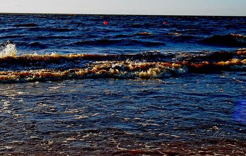 Играется с берегом волна