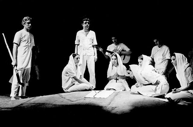 """Cena da peça: """"Morte e Vida Severina"""", de João Cabral de Melo Neto - Créditos: Memorial da Democracia"""