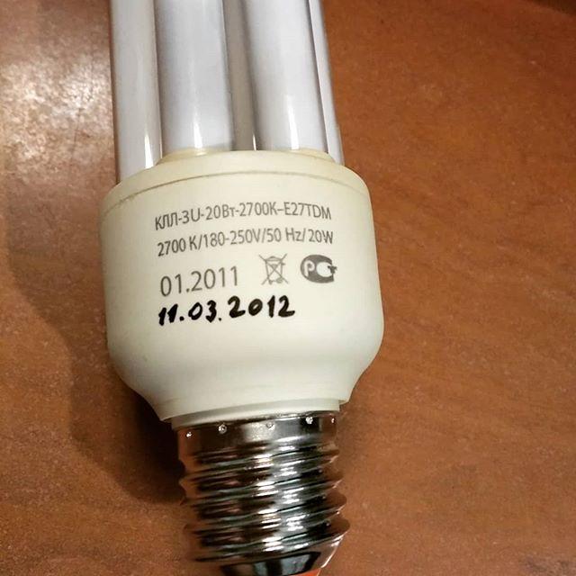 Говорят, что раньше, до распространения электрического освещения, люди спали по десять часов. Если это правда, то изобретателя электрической лампочки (Эдисона?) расстрелять мало. Впрочем, ему уже давно всё равно. А про десять часов врут поди...