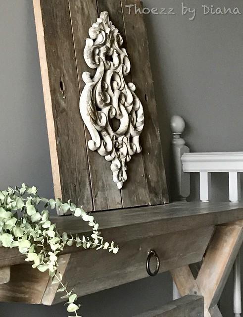 Ornament op houten plank