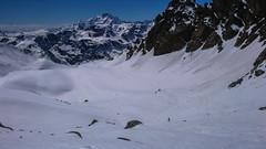 Zjazd z przełęczy Passo Marinelli Occidenetale do schroniska Marinelli Bombardieri 2813m. W tle Monte Disgrazia.