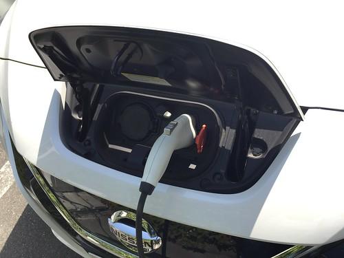 日産リーフ 充電ポート(200V普通充電中)