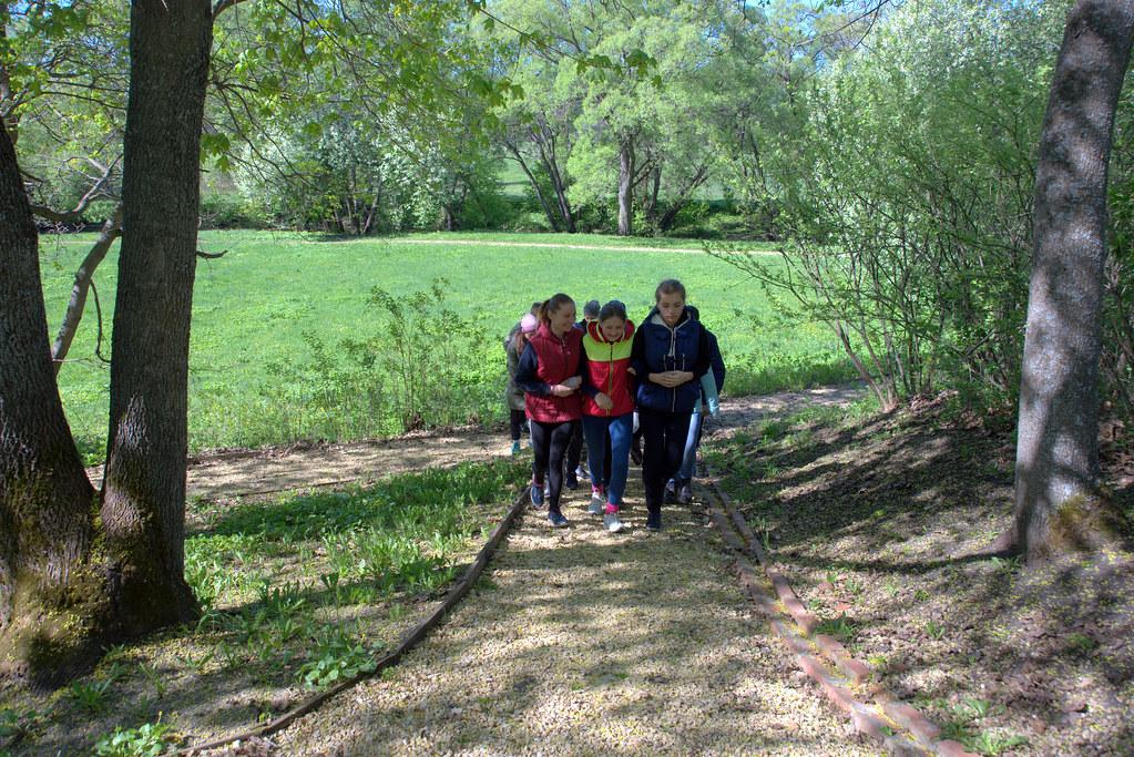 Ученики лермонтовской школы в Год Волонтера и добровольца в музее «Тарханы» на уборке парка Апалиха