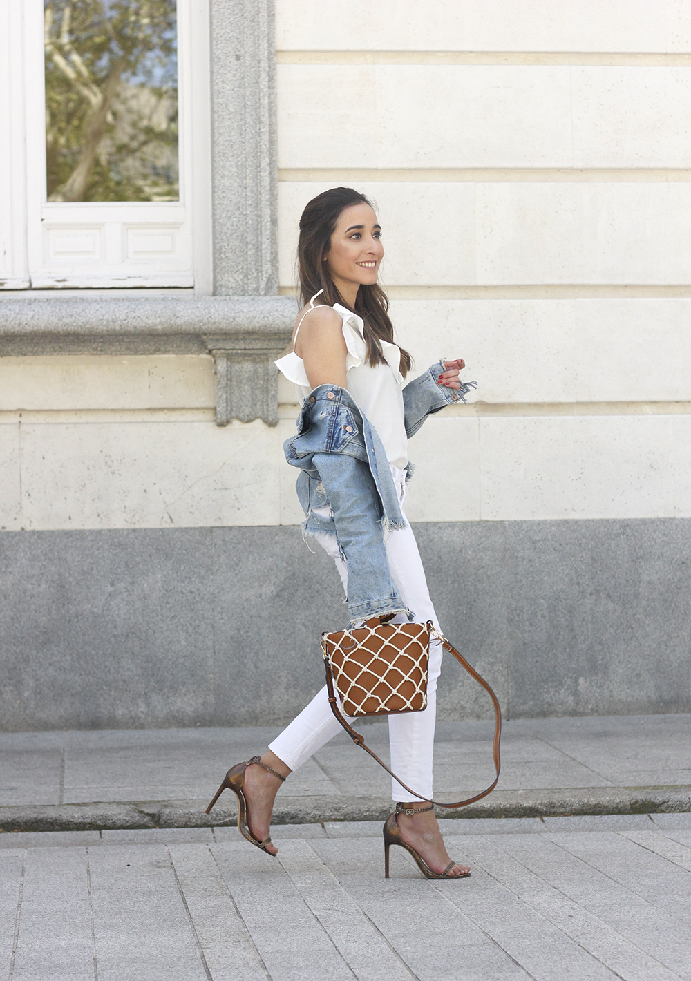white outfit denim jacket bolso mango spring outfit 201805
