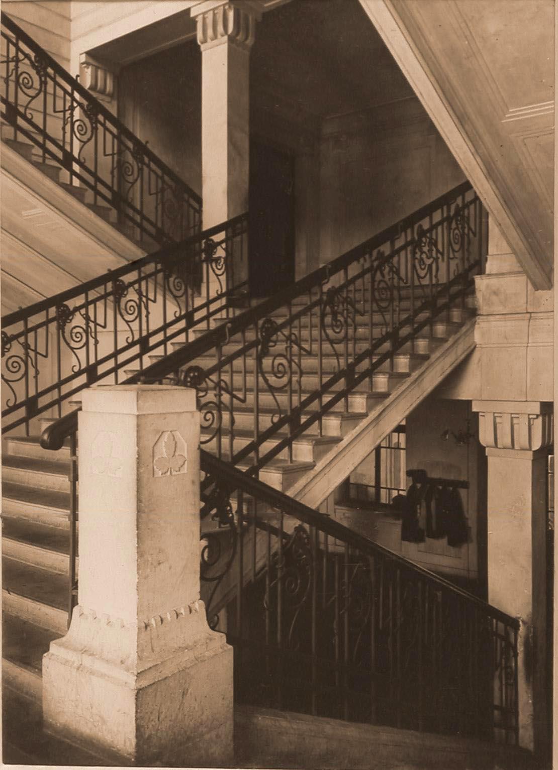 03. Вид лестницы в вестибюле госпиталя