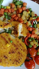 hamburguesas de pescado con vegetales salteados.