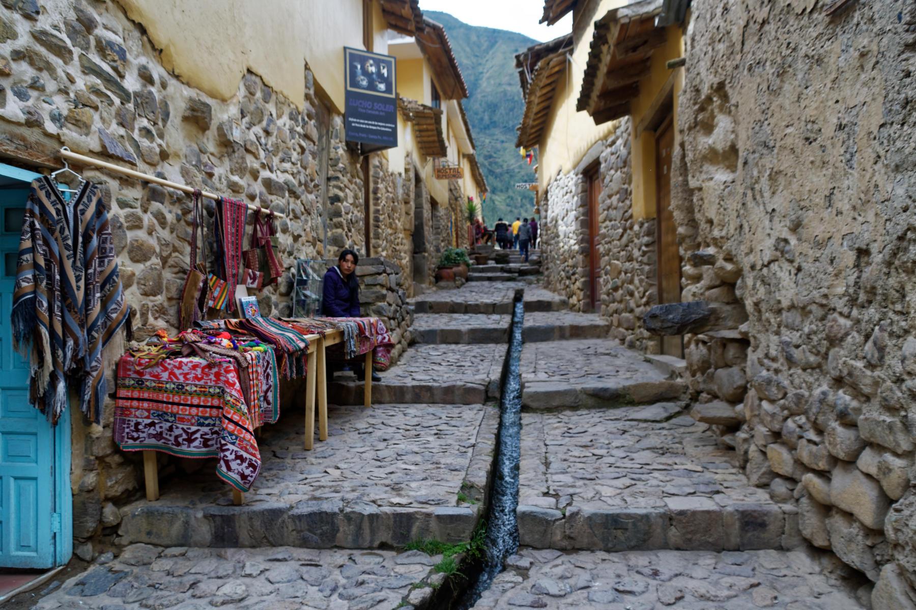 Ollantaytambo - street with aqueduct