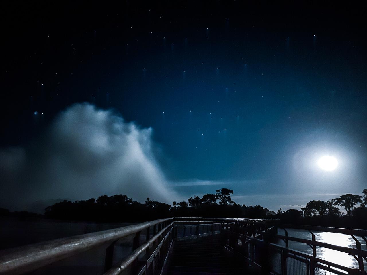 Foto nocturna del circuito superior de las cataratas del Yguazú ejecutado con un Samsung Galaxy Note 8, durante una excursión a las cataratas con la luz de la luna llena. (Elton Núñez).