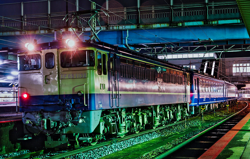 EF65 1132 + 12 series passenger cars