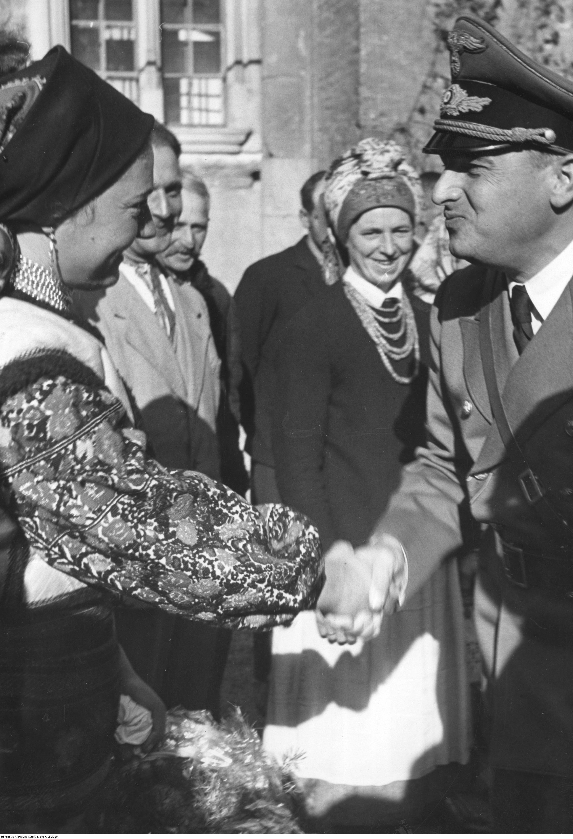 1943. Фестиваль урожая в Королевском замке в Кракове. Генерал-губернатор Ганс Франк приветствует делегаток от Украины.