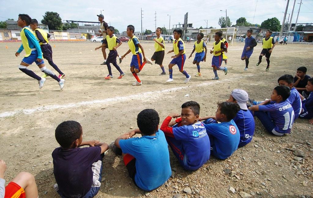 La entrega de implementos deportivos para las Escuelas de …  61874a334f8a1