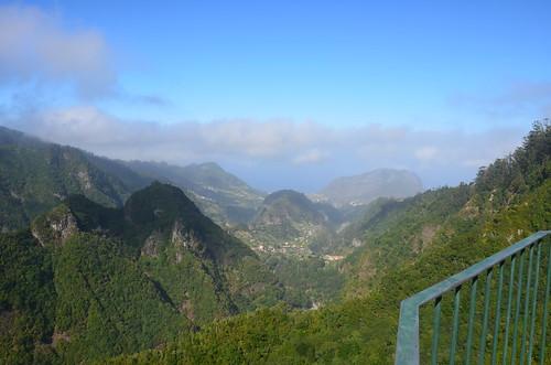 Der Blick zum Meer zeigt verwunschene Bergdörfer.
