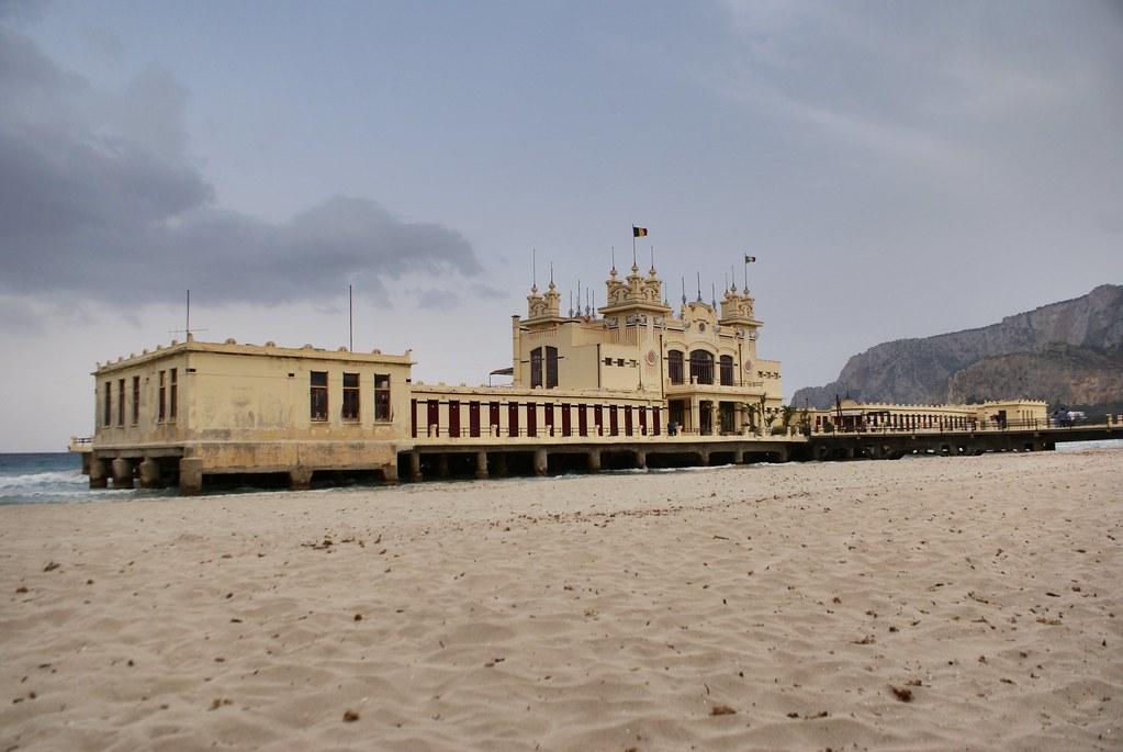 Ancien établissement balnéaire devenu le restaurant chic Alle Terrazze à Mondello au nord de Palerme.