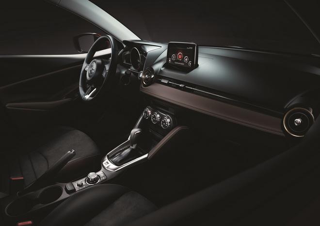 圖二:2019 Mazda2以金屬質感與皮革等元素精心打造車室空間,配合同級唯一MZD Connect人機智慧資訊整合系統,讓車主在安全無虞的環境中愜意馳騁。