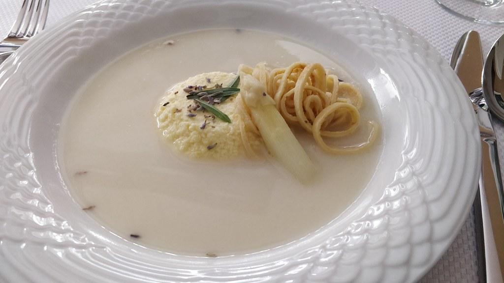 Spargelsuppe mit Ricotta-Flan und Reis-Crêpes