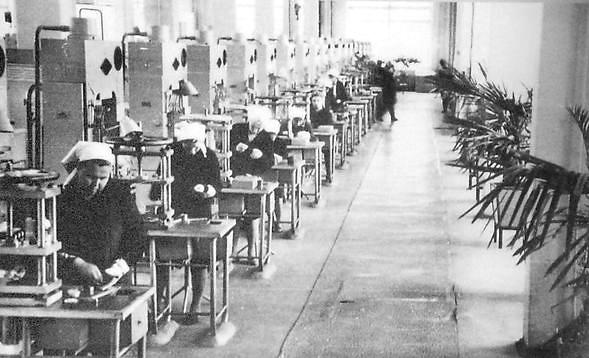 8 Прессовый участок цеха пластмасс Ижевского электромеханического завода. 1970г.