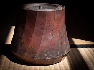 Le tamba-yaki mizusashi trouvé aux puces qui me fit partir à la recherche d'un ido chawan puis de mes propres bols