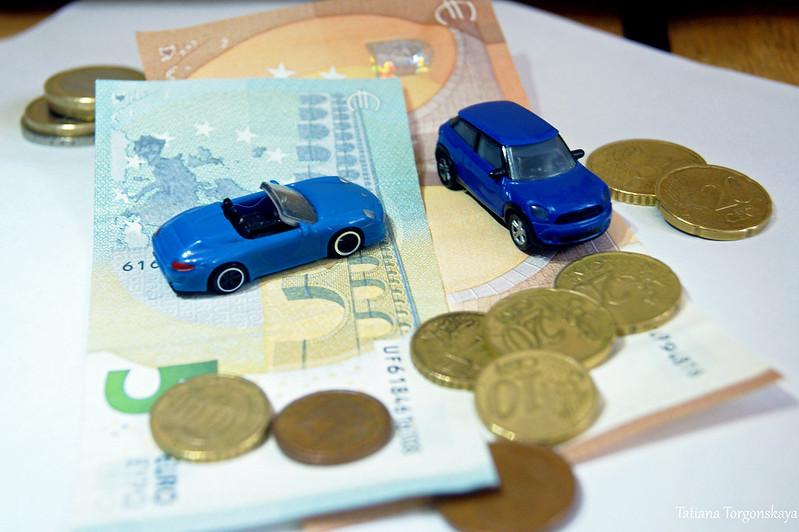 Машины на фоне денег
