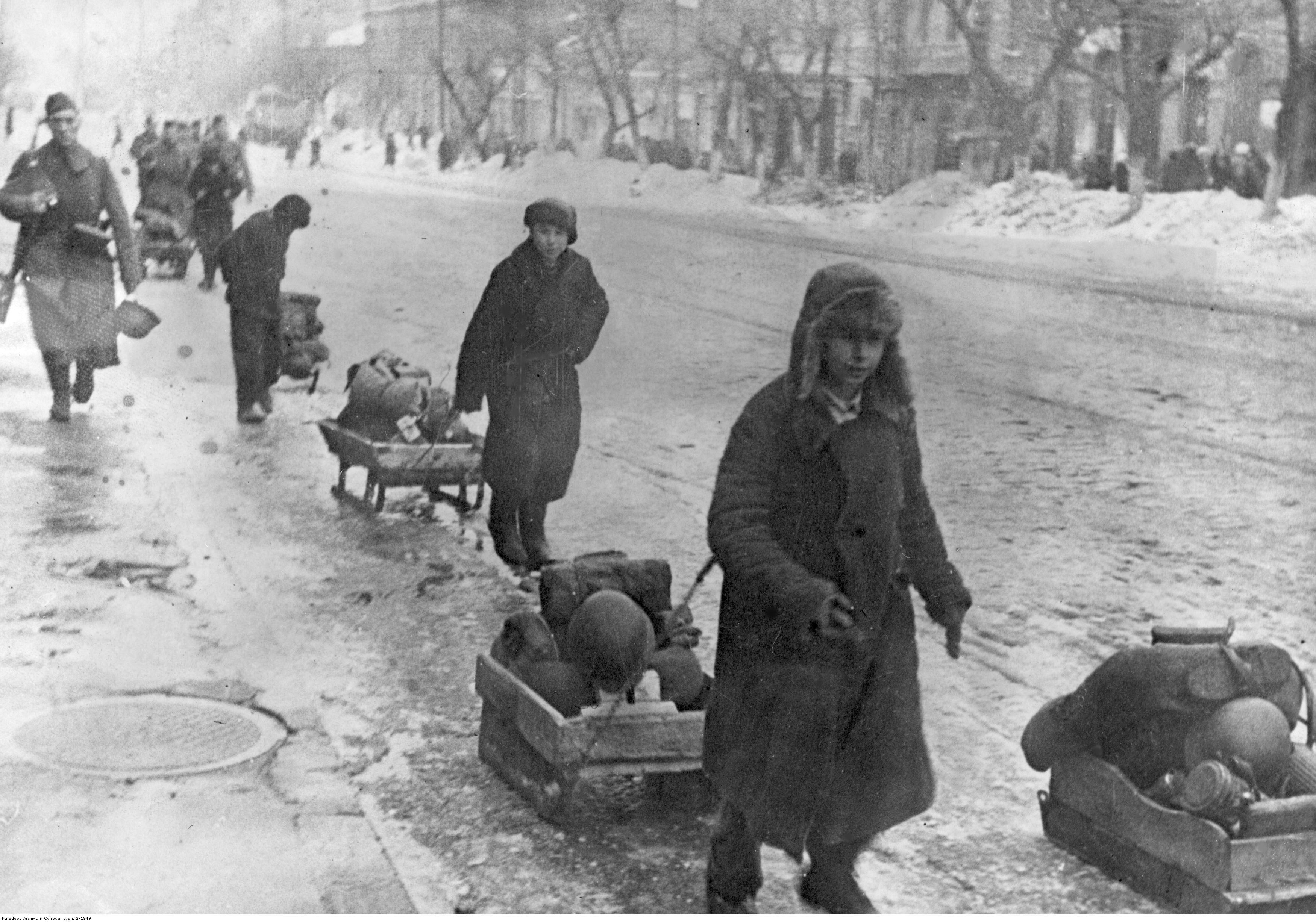 1942. Украинские дети, перевозящие вещи немецких солдат. 16 марта