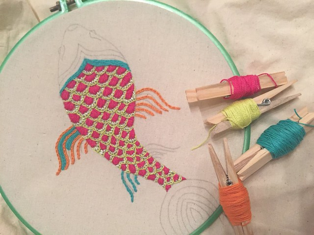 Alumnas realizan taller de bordado creativo en el Museo de Artes UANDES