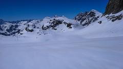 Zjazd lodowcem Vadretta di Fellaria, z przełęczy Bella Vista 3688m do schroniska Marinelli Bombardieri. W tle przełęcze Passo Marinalli Orientale i Passo Marinelli Occidentale 3004m.