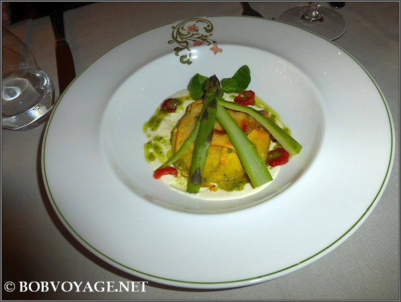 לזניה מוקרמת עם אספרגוס ב- מסעדת Bovio ב- פיימונטה (Piedmont)