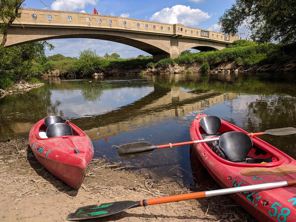 Zwei Kayaks an der Lahn