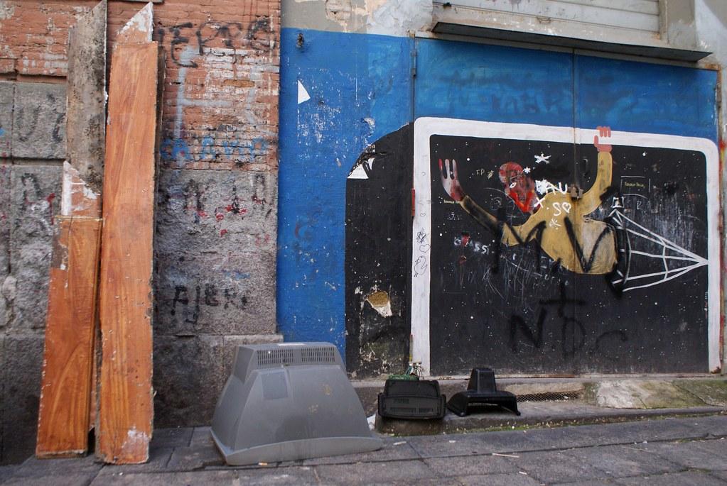 Street Art : Le gardien de but et les télés aux Quartiers Espagnols à Naples
