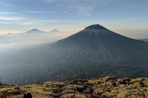 indonesia central java wonosobo damarkasiyan sindoro outdoor mountain volcano hiking trekking google pixel 2 xl landscape sky grass