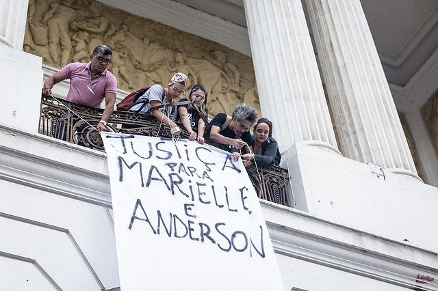 Protesters hang banner in honor of the victims and call for justice at Rio's City Council - Créditos: Clarice Lissovsky