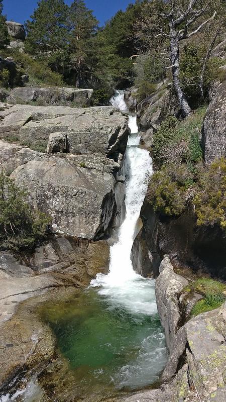 Cascada de agua con distintos saltos